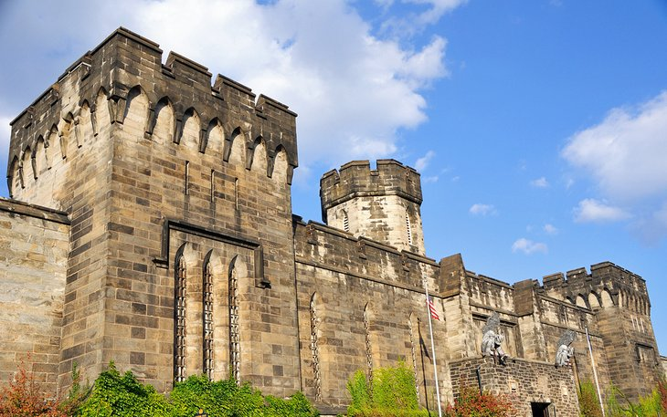 Muros exteriores de la histórica penitenciaría estatal del este en Filadelfia