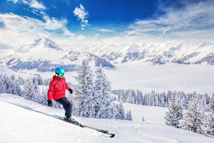 Esquiador disfrutando de polvo fresco en Kitzbühel