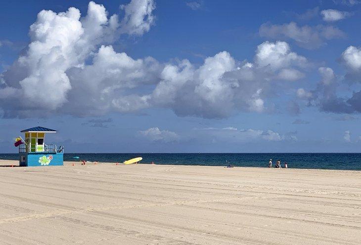 La arena suave y dorada da la bienvenida a los visitantes a Pompano Beach.