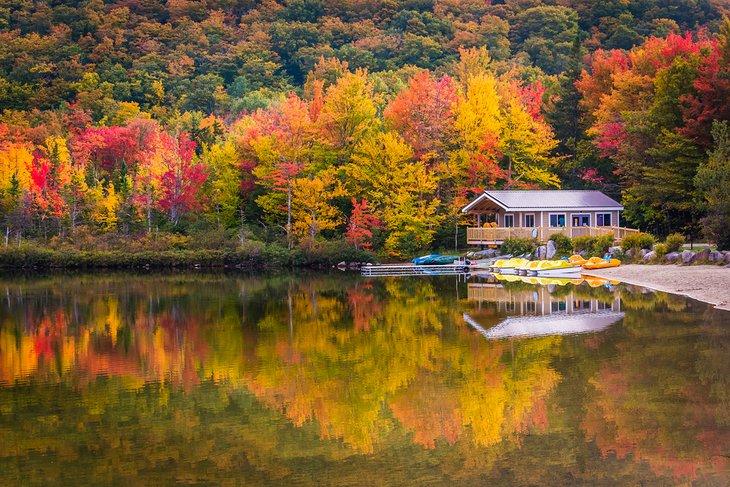 Casa de botes y colores otoñales en Echo Lake