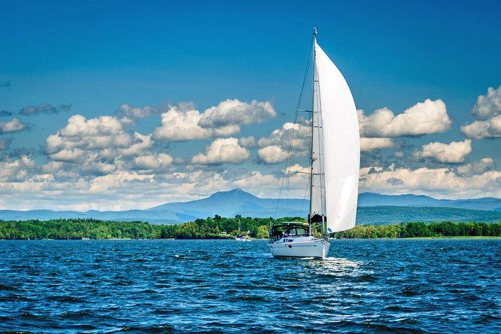 Velero en el lago Champlain