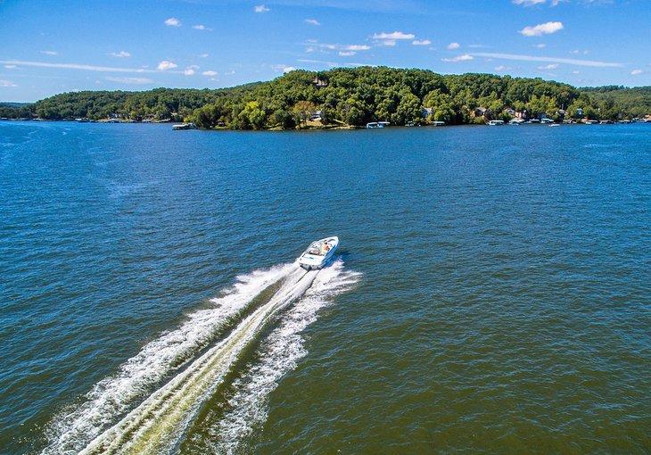 Barco en el lago de los Ozarks