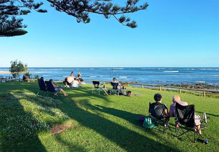 Parejas disfrutando de un picnic con vistas a Bulcock Beach