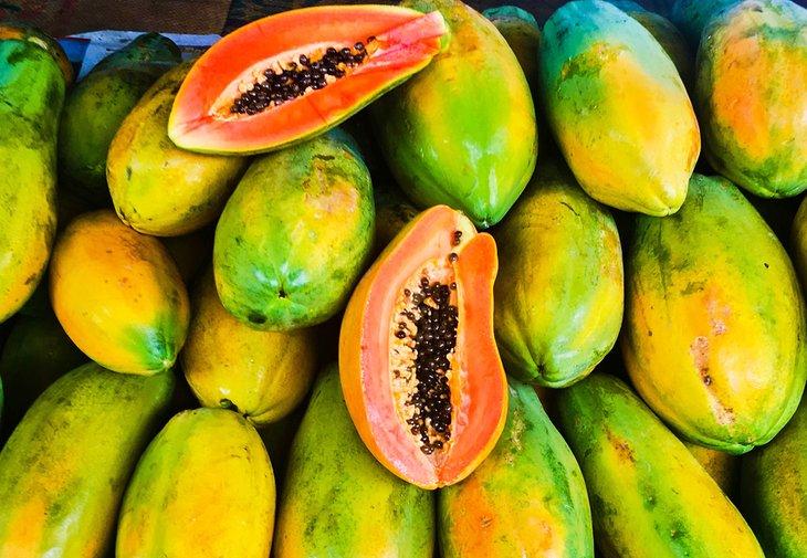 Papayas (papaya) a la venta en un mercado callejero