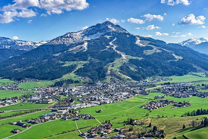 Kitzhüheler Horn con la ciudad de Kitzbühel en la base