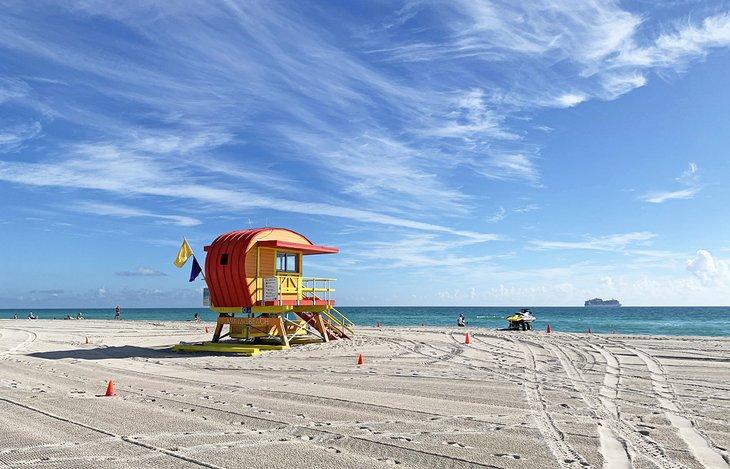 Una torre de salvavidas vigila la playa de Lummus Park