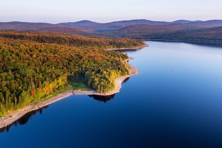 Vista aérea del lago Francis en otoño