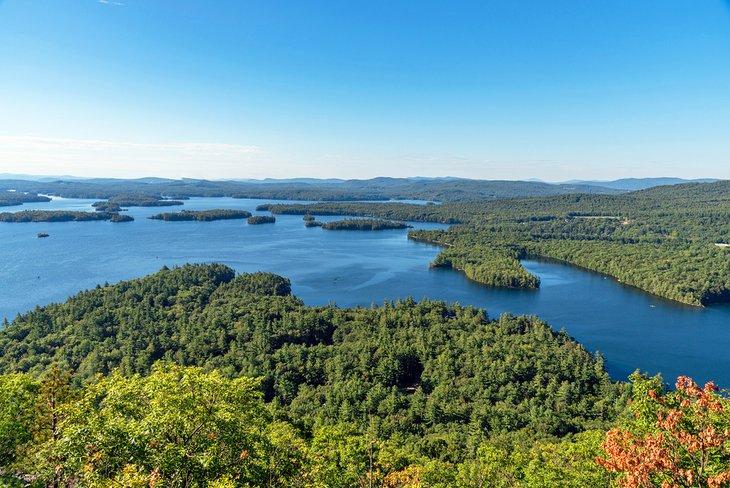 Vista del lago Squam desde la montaña West Rattlesnake