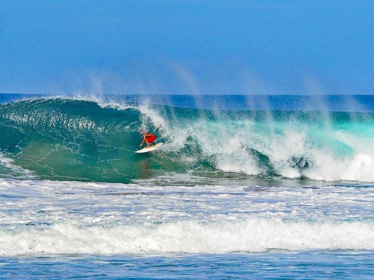 Surfeando las olas en Puerto Escondido