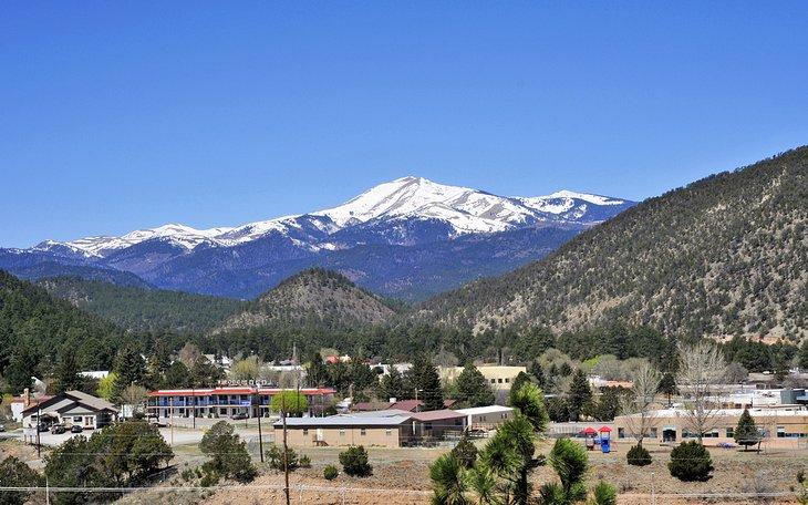 El pueblo de Ruidoso con Sierra Blanca y el desierto de la Montaña Blanca en la distancia
