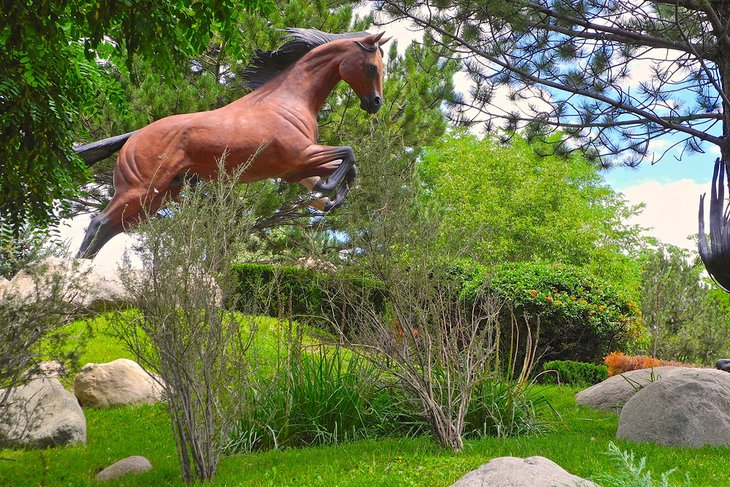 """Uno de los ocho caballos de la exposición """"Espíritus libres en aguas ruidosas"""""""