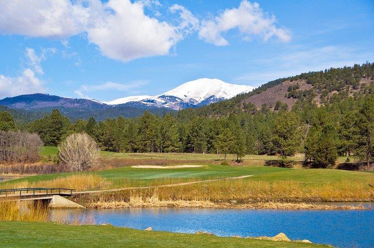 Golf a la sombra del pico Sierra Blanca
