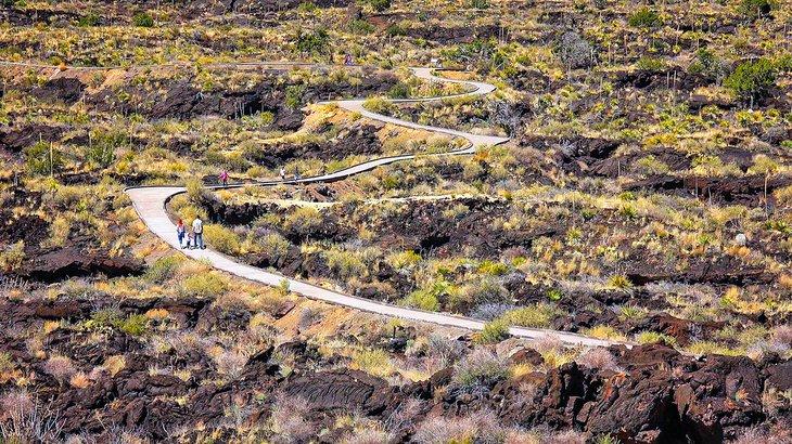 Caminando por campos de lava en el Área Recreativa Valley of Fires