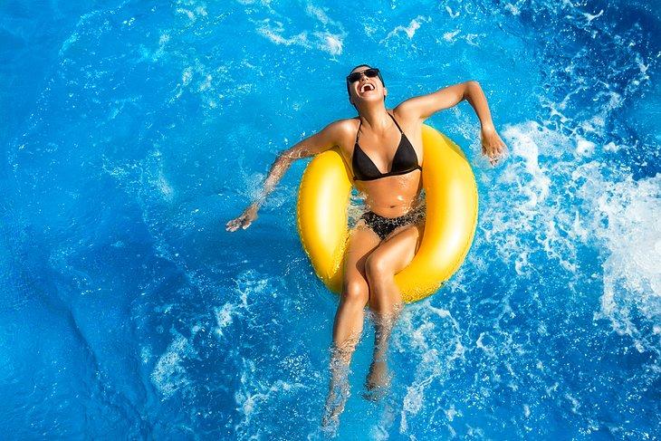 Diversión de verano en un parque acuático