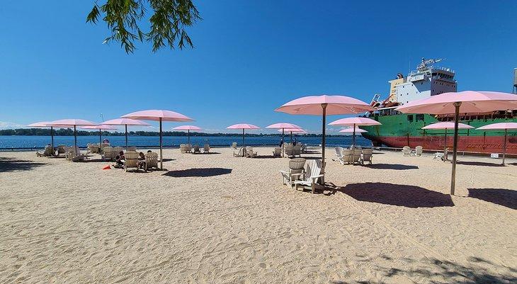 Sombrillas rosas en Sugar Beach