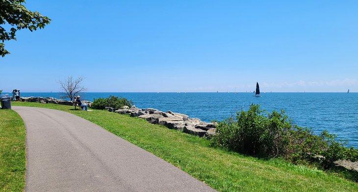 Sendero frente al mar en Lakefront Promenade Park